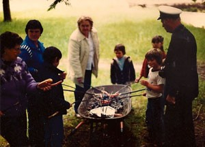 Wheelbarrow barbeque at Echo Bay School, 1981